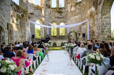 Emmanuel Carat: A Secular Wedding Officiant Who Vows to Make Your Big Day One to Remember!