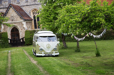 Una boda con estilo fresco en torno a un vehículo icónico