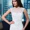 Romantisches und elegantes Brautkleid aus Spitze und Illusions-Ausschnitt