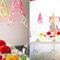 Ślub: biały stół udekorowany pomarańczowymi, żółtymi i różowymi dodatkami, Foto: Cathrin D'Entremont