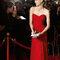 Vestido 8T259 rojo con escote en forma de corazón.