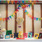 Stół weselny udekorowany kolorowymi ozdobami i ramkami ze zdjęciami, Foto: We heart pictures