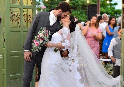 Casamento ao ar livre de Luciana e Marcelo: romântico, florido e no clima quente e animado de Salvador!