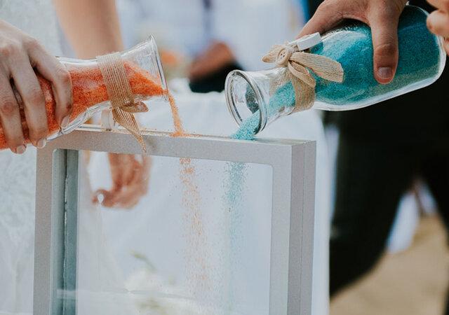 Cerimónia da areia: pés descalços, cor e boas vibrações para uma união eterna