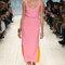 Vestido por debajo de la rodilla rosa chicle con revés naranja y rojo.