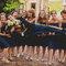 Szalone zdjęcia ślubne: Pan Młody w objęciach druhien, Foto: Robb Davidson