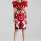 Vestido de fiesta 2015 con mangas cortas magnificadas con volúmenes y motivos florales abstractos con acentos en tono rojo, negro y blanco - Foto Alexander McQueen