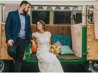 Casamento colorido e alternativo de Paula & Túlio: tudo personalizado nos mínimos detalhes
