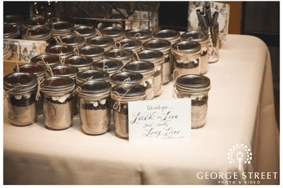 Los tarros de cristal, protagonistas de una boda de muy claro estilo