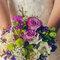 Bouquet di rose e fiori di vari colori, dove spiccano le tonalità del viola