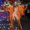 Behati Prinsloo com look hippie en el desfile de Victoria´s Secret.