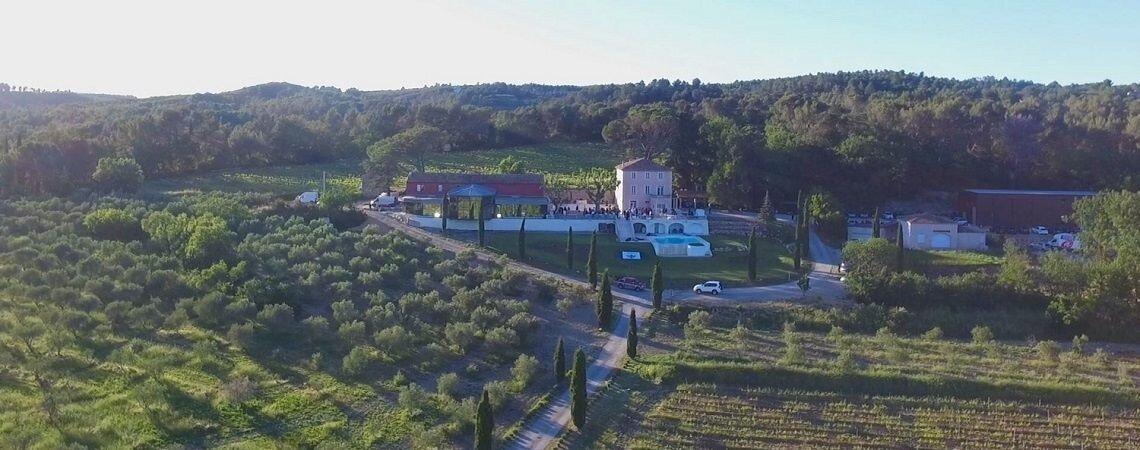 Quoi de plus magique qu'un mariage au milieu des vignes et des oliviers ? Découvrez vite le Château de la Roque Forcade en Provence