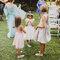 Meninas das alianças com vestidos em tons pastel.