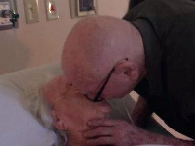 Amor até ao fim: Homem de 93 anos canta à mulher no leito da morte.