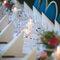 Tavolo degli invitati decorato con candele