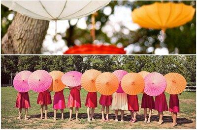 Una boda en verano: Recibe al sol con sombrillas en la decoración
