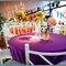 Toalha da mesa de um forte roxo em contraste com o arranjo amarelo. Foto: Carlos Leandro