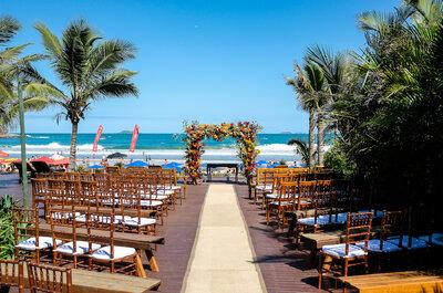 O casamento na praia de Camila & Filipe: tropical, alegre e colorido, de frente para o mar de Búzios