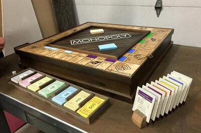 Cet amoureux fait une demande en mariage géniale avec un jeu de Monopoly fabriqué pour l'occasion !