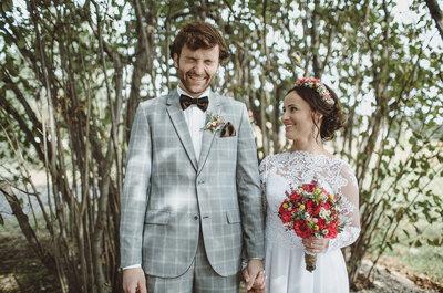 Garnitur w kratkę, wanek z żywych kwiatów oraz retro auto, czyli stylowy boho ślub!