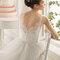 Koronkowe wycięcie na plecach w sukni ślubnej, Foto: Aire Barcelona 2015