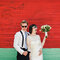 Szalone zdjęcia ślubne: Para Młoda w okularach preciwsłonecznych, Foto: Julian Beattie