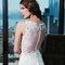 Figurbetontes Brautkleid mit transparentem Rückendetail.