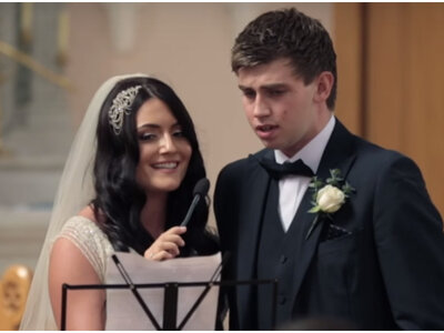 Uma noiva e o seu cunhado cantam no casamento para surpreender os convidados.