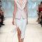 Conjunto de falda evasé blanca con apertura y chaleco marfil.