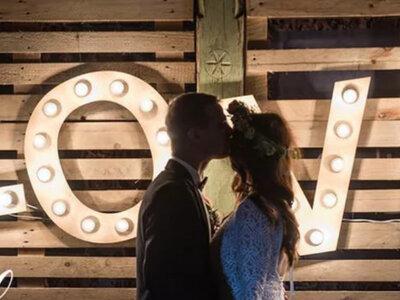 Ona, On, neonowe litery i wielka miłość! Poznajcie Marlenę i Emila i ich piękny ślub!