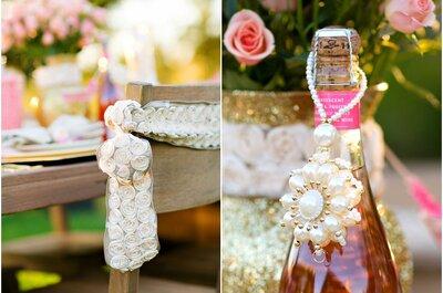 Decoración de boda con detalles en color dorado y rosa brillante