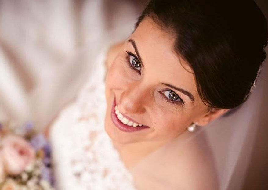 Enalteça a sua beleza natural com o brilho e talento de MAKE U OVER MAKEUP de Sara Kruss