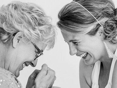 Emotioneel en heel lief: Dochters passen de trouwjurk van hun moeder voor het eerst!