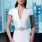 Schlicht und aufregend: Dieses Brautkleid punktet durch gerade Linien und schlichte Stoffe