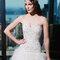 Brautkleid in dezenter A-Linie, glamourösen Oberteil und Rück aus vielen Tülllagen