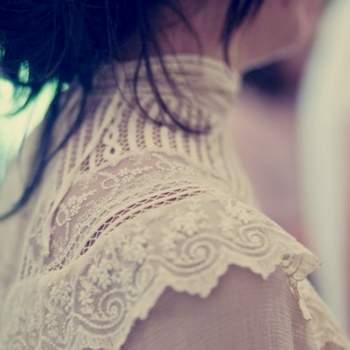O decote de gola subida com bordados e transparências, como este da designer Helena Mareque, está muito na moda entre as noivas que gostam do estilo vintage. Foto: Mariege Creatif