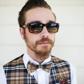 Combina tus gafas solares con una pajarita estampada para conseguir un toque de modernidad y estilo. Foto: Kris