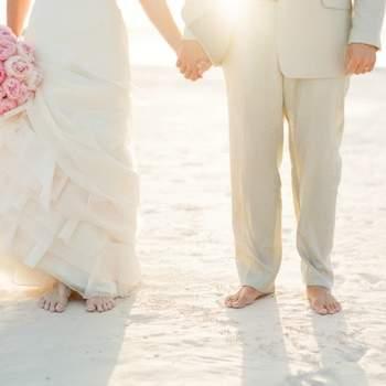 Mariage sur le sable, avec la mer pour décor. Les enfants d'honneur aussi sont vêtus de blanc ou de beige ce jour là. Crédit: KT Merry Photography