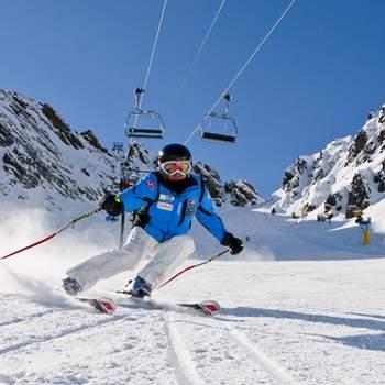 """Cada vez son más las parejas amantes del esquí. ¿Qué te parece un fin de semana esquiando como regalo de boda?  Foto: <a href=""""https://www.zankyou.es/f/zonaregalocom-23780"""" target=""""_blank"""">Zonaregalo.com</a>"""