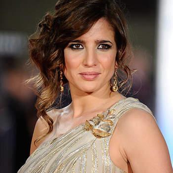 Lucía Jiménez con un vestido de hilos de oro, escote asimétrico y semirrecogido rizado