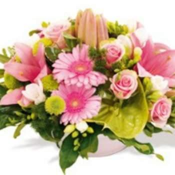 Centre de table Céruse, une création tout en tendresse composée de fleurs délicates à dominante rose pour fêter un bel événement. Crédit photo: Atelier Floral