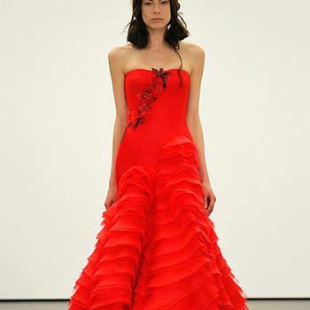 Abito con dettaglio gioiello sul corpetto e lavorazioni plissè sulla gonna. Vera Wang 2013