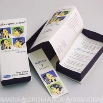 Caja rectangular imitación libro,  angosto, separados de hojas, un plegable en su interior con la descripción de la invitación.