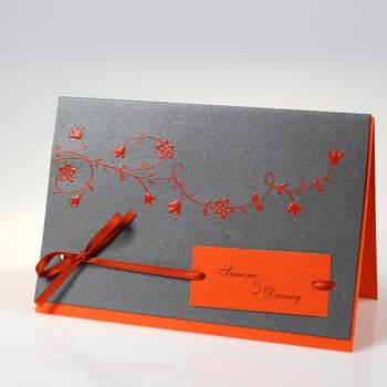 """<a> title=""""Hochzeitskarte mit orangefarbenen Einlegern"""" href=""""http://www.cardbycard.de/Art%20Premium%20(%3Csmall%3E%3Cb%3Emit%3C/b%3E%20Eindruck%3C/Hochzeitskarte-mit-orange-und-Ornamenten,detail,1111381639.html"""" target=""""_blank""""></a>"""