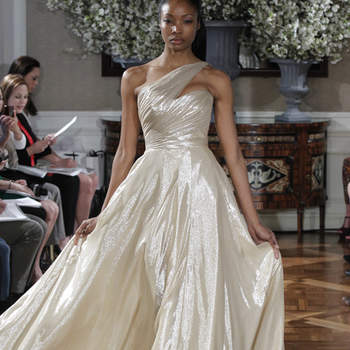 Fluide et volumineuse, cette robe de mariée a beaucoup de chic. Décolleté original.