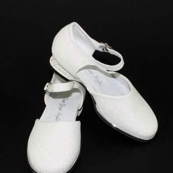 Chaussure de cérémonie Virginia avec paillettes pour petite fille. Crédit photo: Boutique Magique