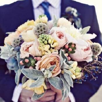 Espectacular ramo de flores de colores variados en gamas pasteles manteniendo la misma intensidad de color en todos, se logra distinguir pequeños toques en azul.