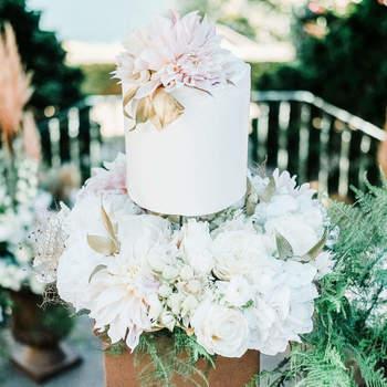 Flores e mais flores: não ficam o máximo num bolo de casamento?| Créditos: Bakewell | Fotografia: Aura Studio