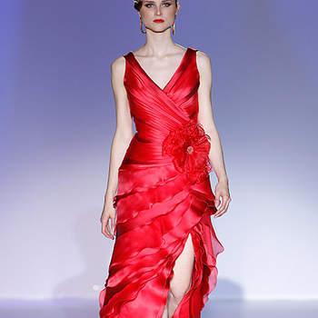 Robe de soirée rouge, décolleté plissé et en V. Barcelona Bridal Week/ Cibeles Madrid Novias