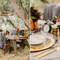 Mesa rústica de madera en una boda al aire libre.